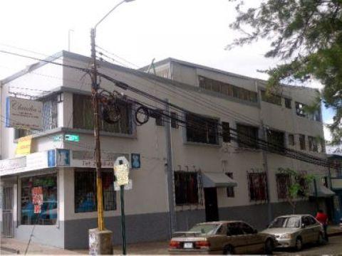 se alquilan oficinas en excelente ubicacion en edificio en paseo colon