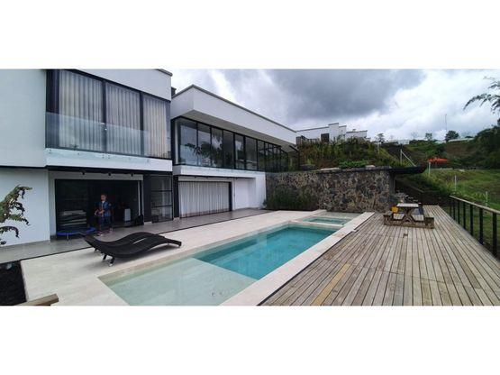se vende espectacular casa con piscina pereira
