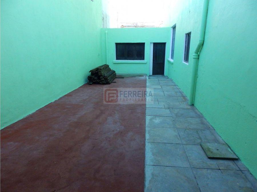 vende amplia casa de 300 m2 con 4 banos y garaje