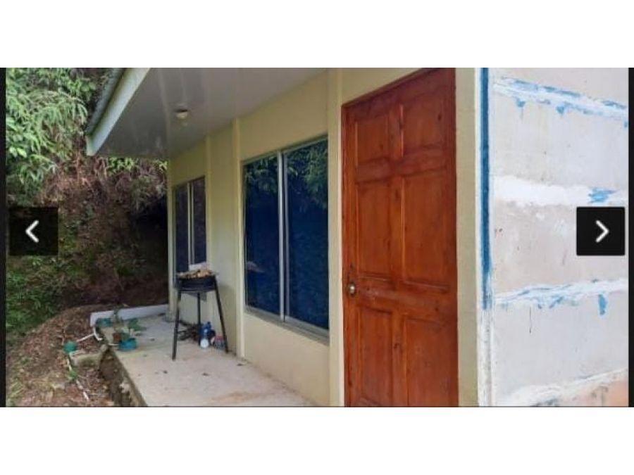 se vende propiedad con 3 casa en la fila de mora