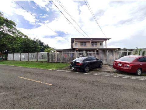 se vende amplia duplex en chorrera barrio balboa