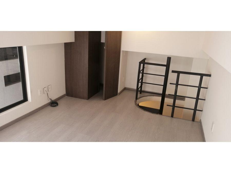 pequena oficina de 38 m2 en 2 niveles piso de madera en tapanco