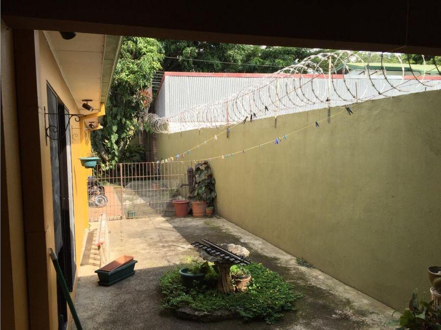 se vende amplia casa con uso de suelo mixto