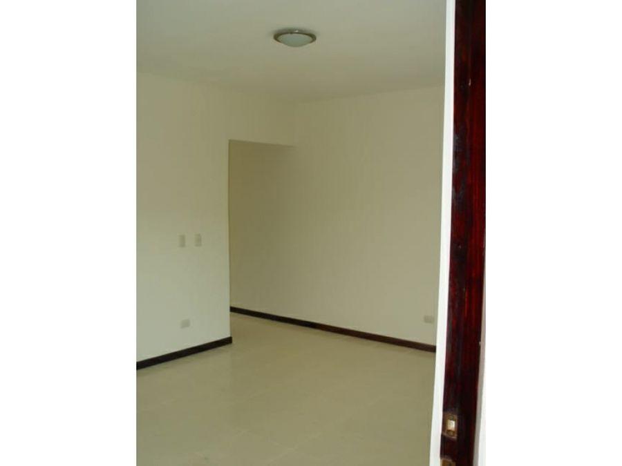 se alquila apartamento en segunda planta