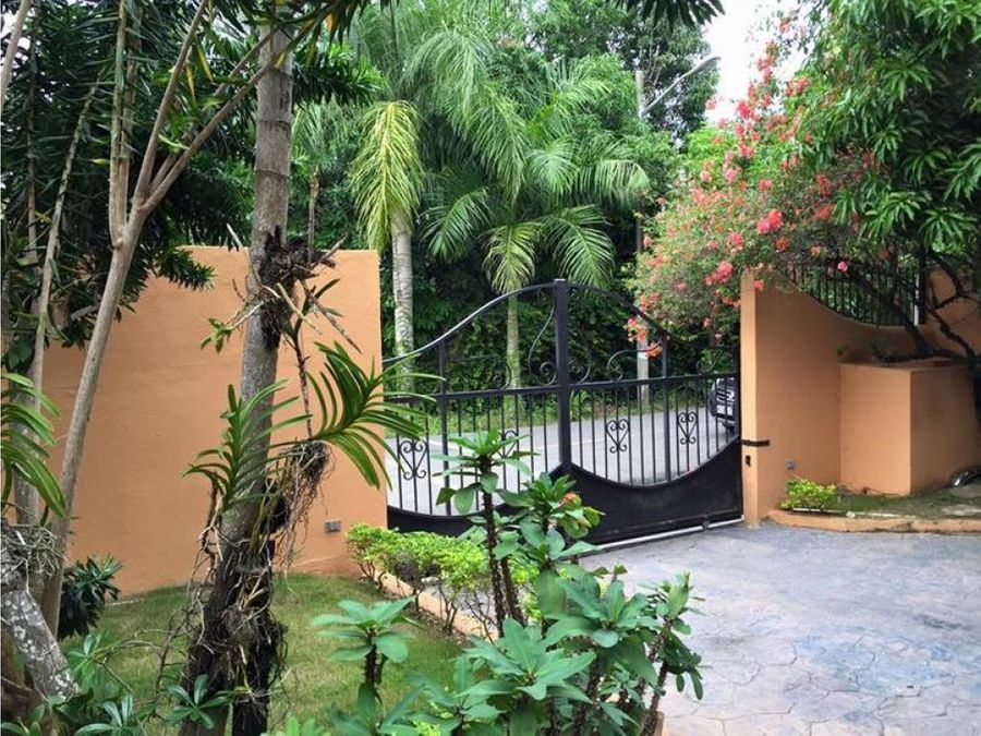 casa 2 niveles y gran diseno en puerta de hierro