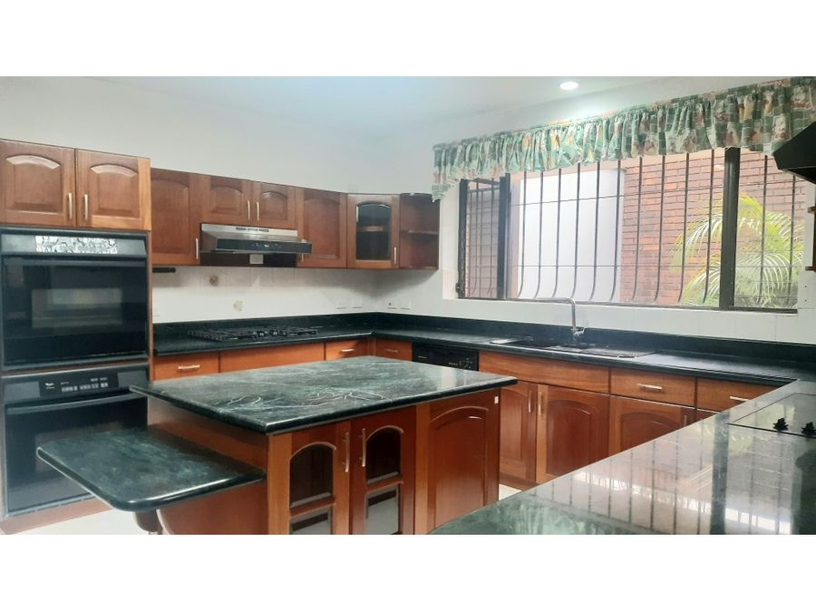 casa exclusiva zona 16 condominio jacarandas de cayala