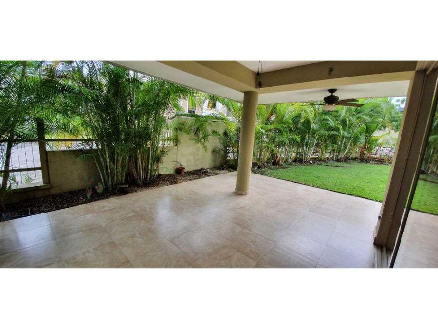 venta bella casa de esquina en embassy garden