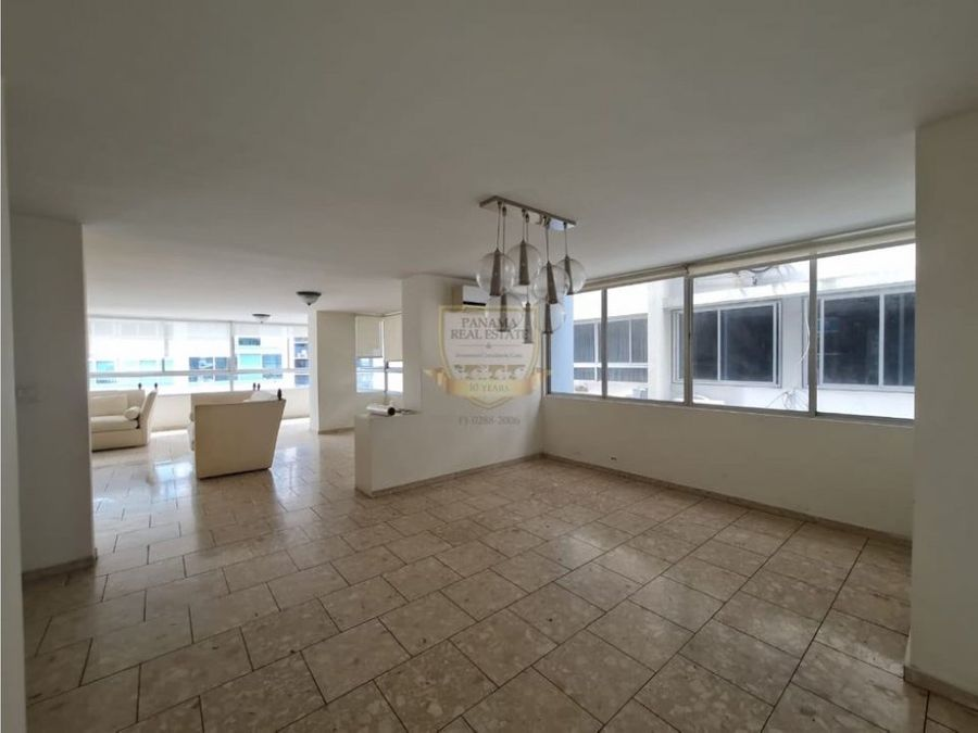alquilo amplio apartamento en marbella
