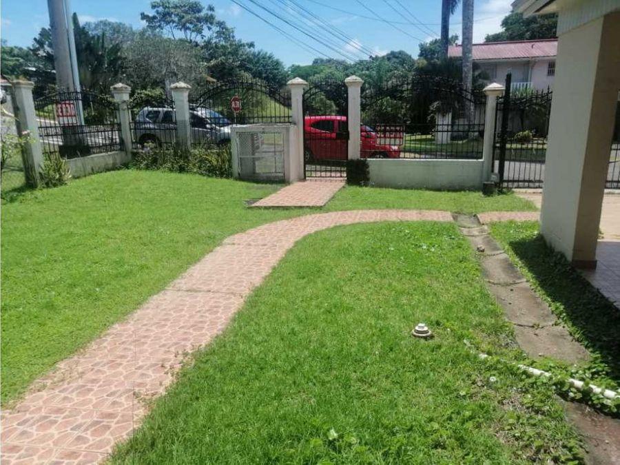 alquilo casa con linea blanca en clayton 1500 ac