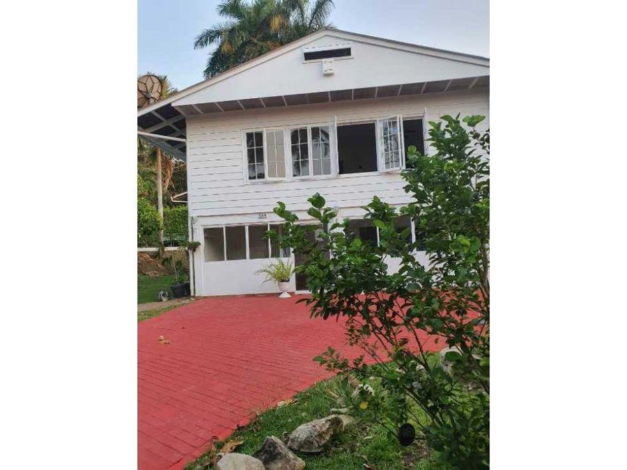 casa esquinera con area verde en albrook para alquiler mf