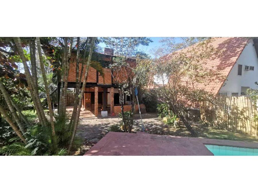 casa en esquina con 1090m232x35 en sanber 145000u
