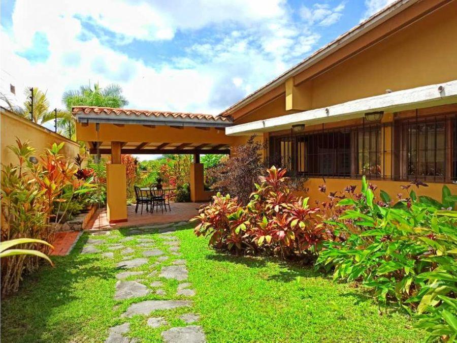 bella casa en venta con gran jardin en calle cerrada de oripoto
