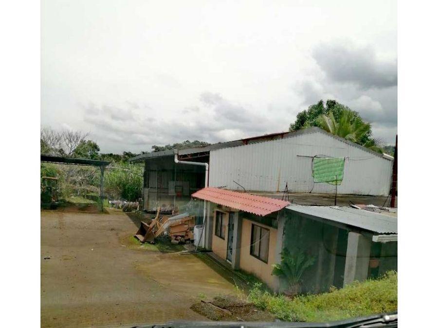 propiedad con 2 viviendas y un galeron con estacionamiento hv